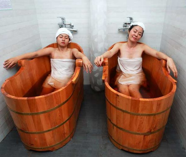 Ngâm tắm nước lá tắm người Dao giúp đẹp da và cơ thể khỏe mạnh