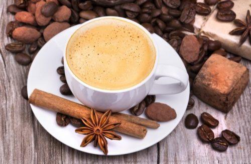 tách cafe sẽ ngon hơn nếu thêm một ít hồi, quế hay thảo quả khô