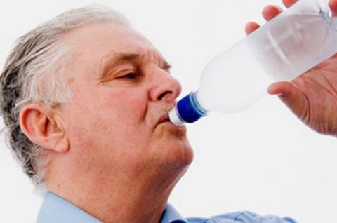 người bệnh gout nên uống nhiều nước
